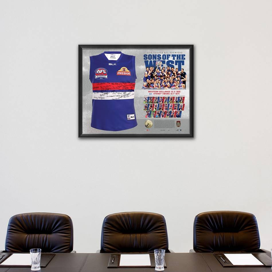 mainWESTERN BULLDOGS TEAM SIGNED PREMIERS GUERNSEY 'SONS OF THE WEST'1